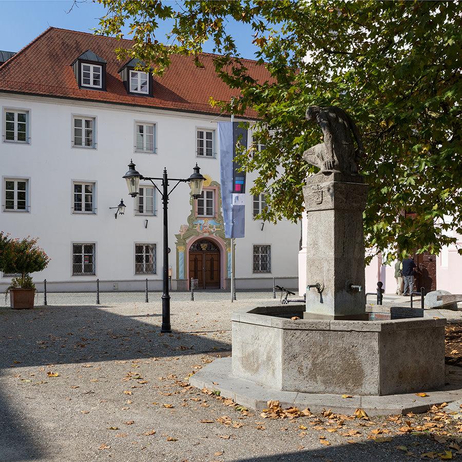 AvJS Personalvermittlung – Günzburg Rathausplatz mit Statue