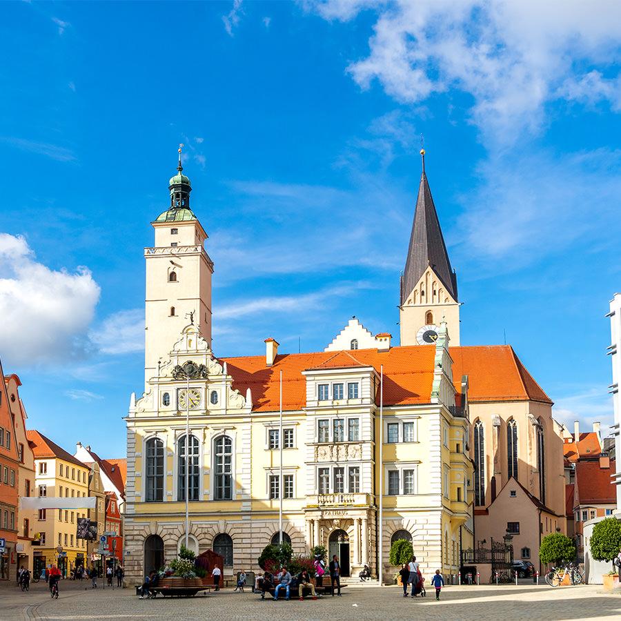 AvJS Personalvermittlung – Ingolstadt Platz mit historischem Gebäude